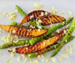 Søtpotet og asparges på grillen