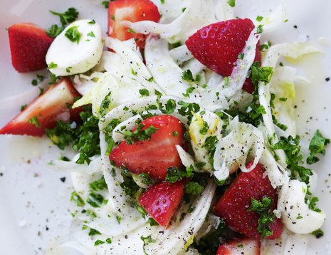Jordbær og fennikelsalat på hvit tallerken