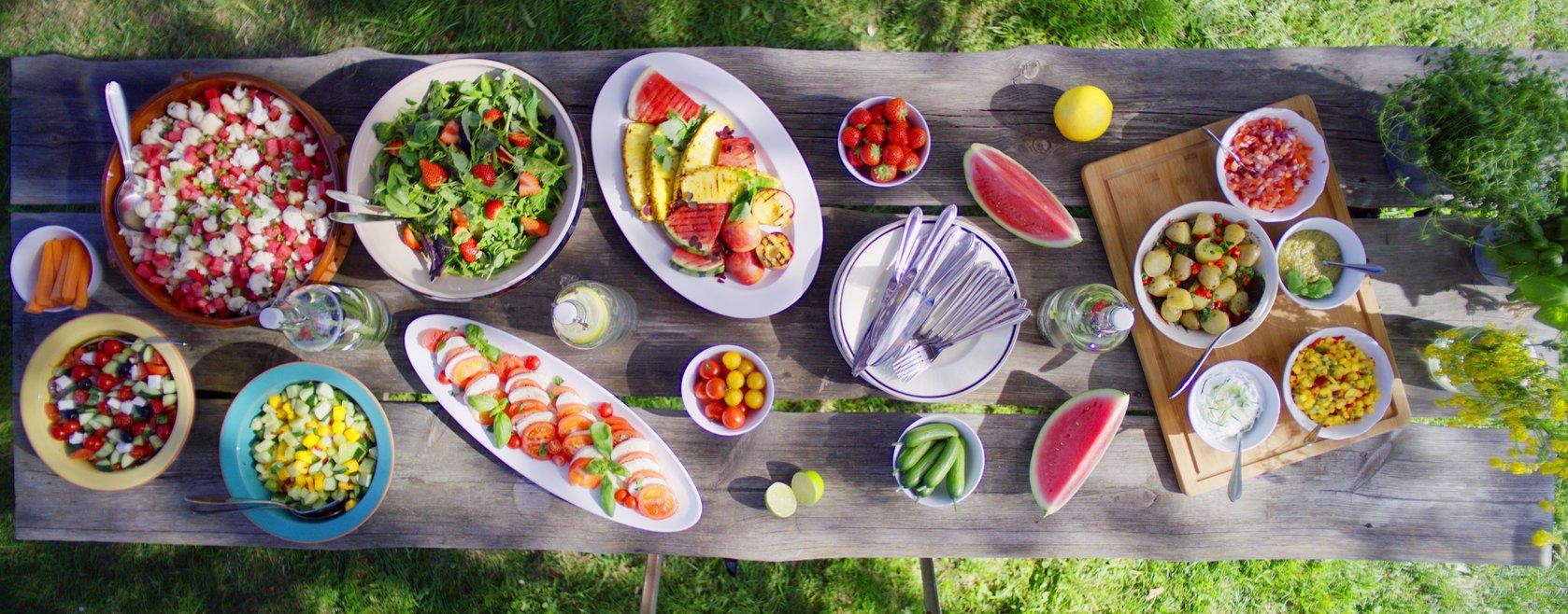 Langbord med masse god sommermat og salater